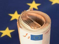 Europese vlag en een rolletje geld