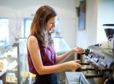 Tiener aan het werk in koffiebar