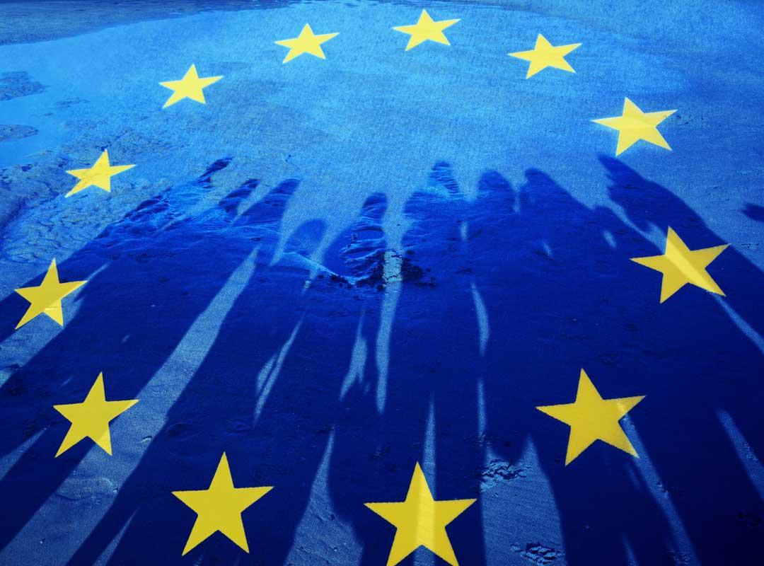 Silhouetten van personen op de Europese vlag